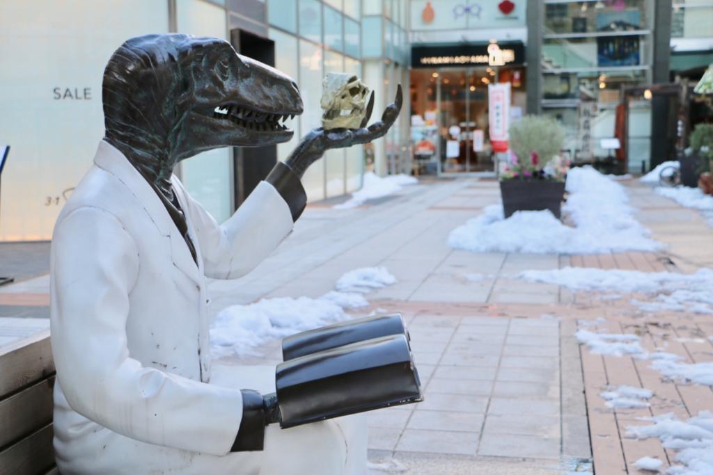 店の前にいる福井県の恐竜博士像