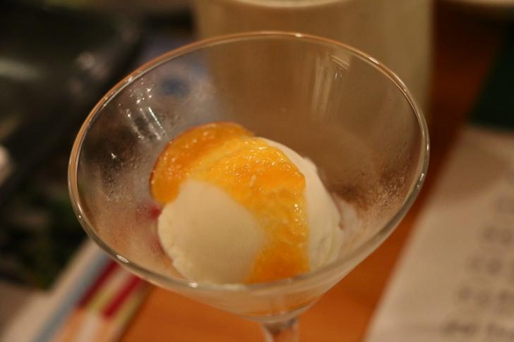 フルーツほおずきジャムをかけた米発酵アイス