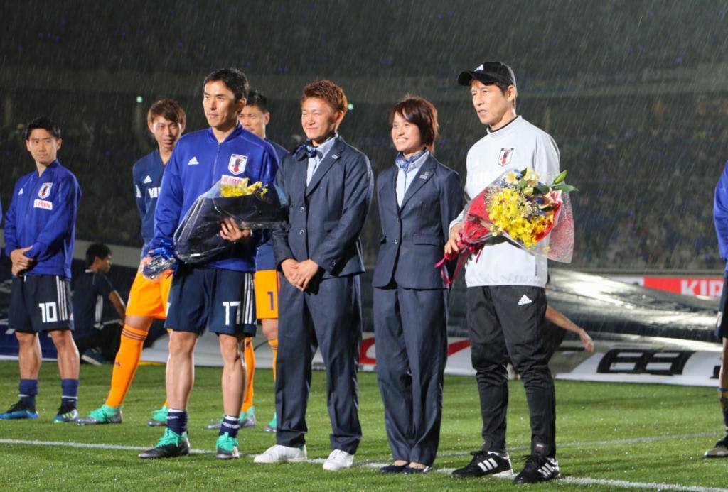 日本代表壮行セレモニー花束贈呈