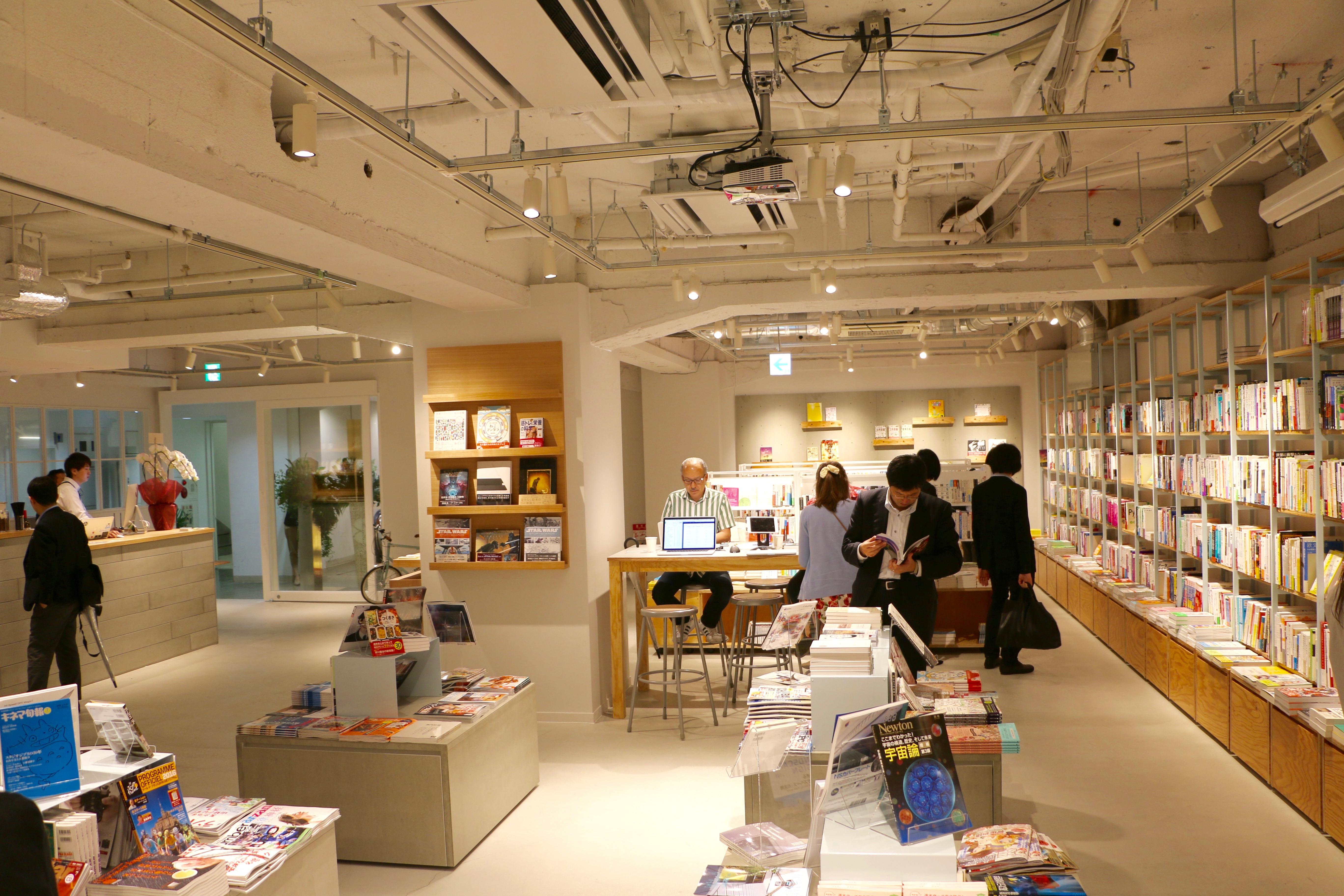 """[Shibuya, Dogenzaka] """"BOOK LAB TOKYO"""" is a power cafe bookstore where you can read books while drinking hand drip coffee"""