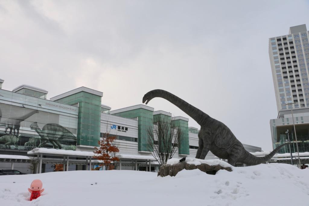 JR福井駅前の恐竜たちは氷河期にタイムスリップ