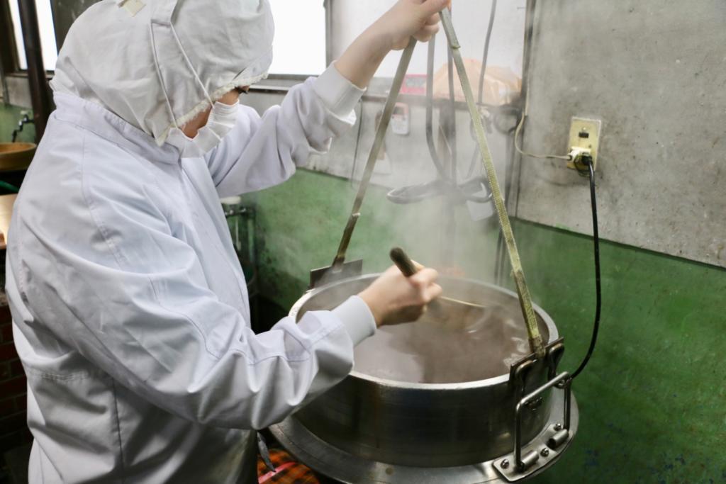 釜で材料を炊く