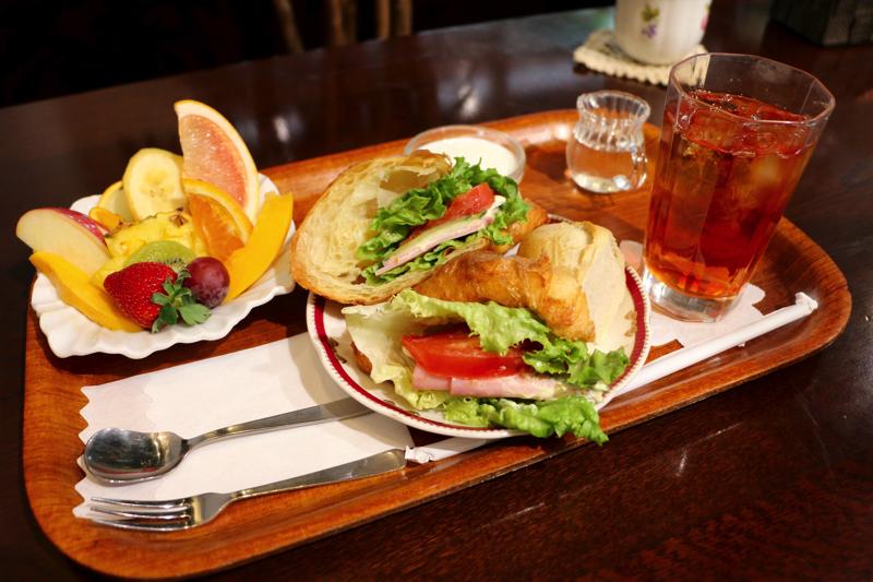 【レッツエンジョイ東京】神田末広町「フルーフ・デゥ・セゾン」でパフェとサンドセットを食す→新鮮フルーツが盛り盛り!