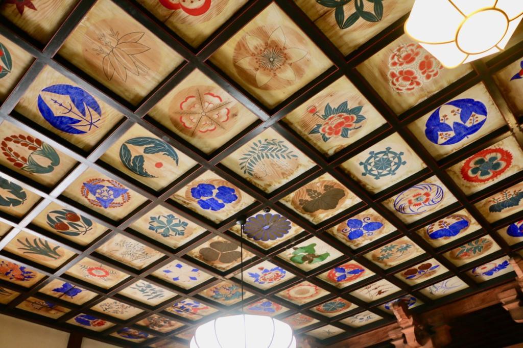天井には99枚の家紋