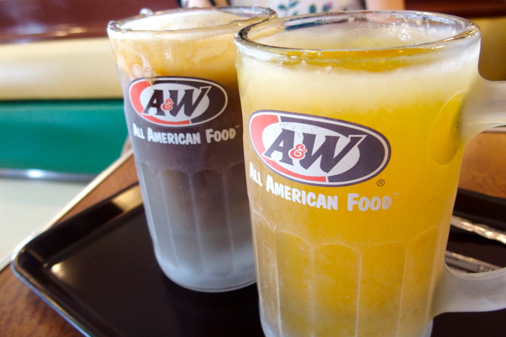"【Okinawa Prefecture Urasoe City】 Loco Moco, Mozza Burger and Mysterious Drink ""Root Beer"" at the Drive-in Restaurant ""A & W Makikoten"""