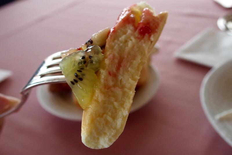 パンケーキにフルーツをたっぷりトッピング