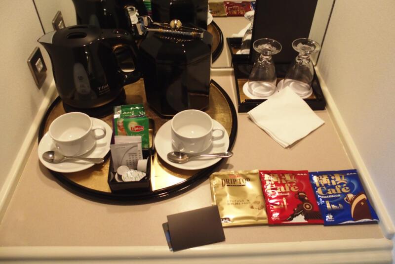 ミニバーにはコーヒーと紅茶のティーパック、湯沸かしポッド