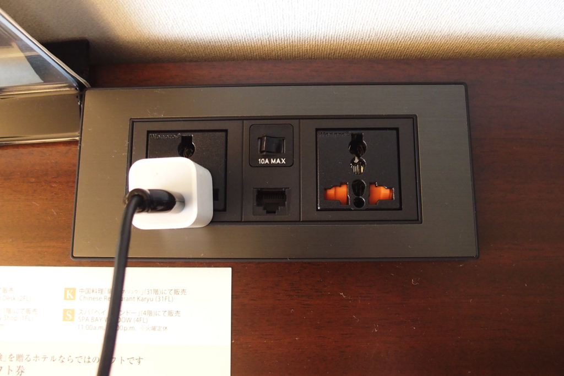 変圧用のコンセントと有線LAN宿泊者専用の無料WiFi