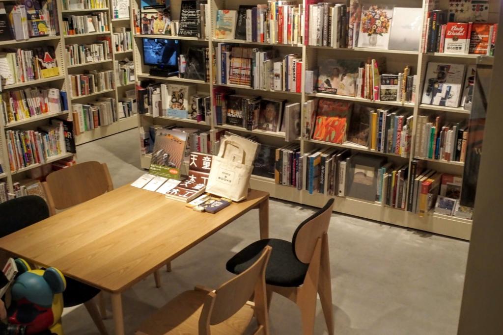 本棚に隠れて座れるところもある