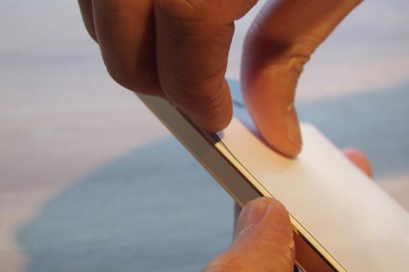 FREETEL MIYABI蓋の内側に爪が何ヶ所かあるのでそれを外すイメージ