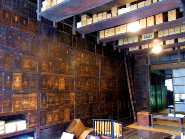 こちらは明治時代の文房具屋の復元建物「武居三省堂」。どこかで見覚えありませんか?