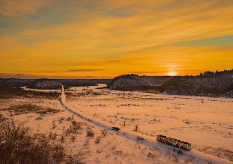 『朝焼けに染まる雪原を駆け抜けて』