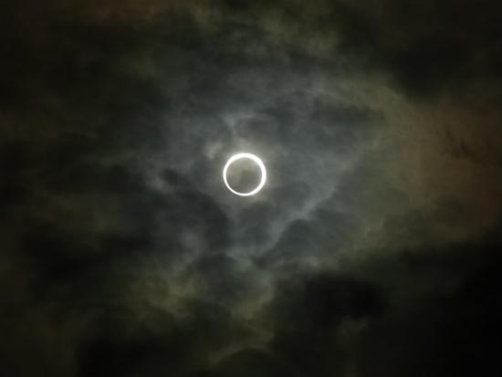 東京上空は奇跡の雲フィルター!金環日食が見えた!