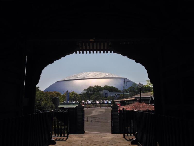 門の正面からは西武ドーム