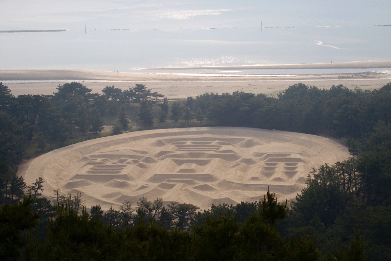 【香川県の金運スポット】ご利益満載の巨大な寛永通宝「銭形砂絵」を見てきたよ
